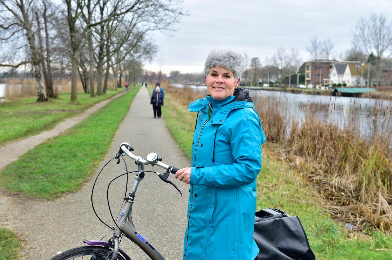 Ada Vermeulen op de Burgemeester Lucasselaan. Ze heeft de provincie Zuid-Holland voorgesteld om fietspaden te verbreden, vaker te strooien en beter te verlichten. Dit naar aanleiding van de oproep om met ideeën te komen voor 'slimmer te reizen'.