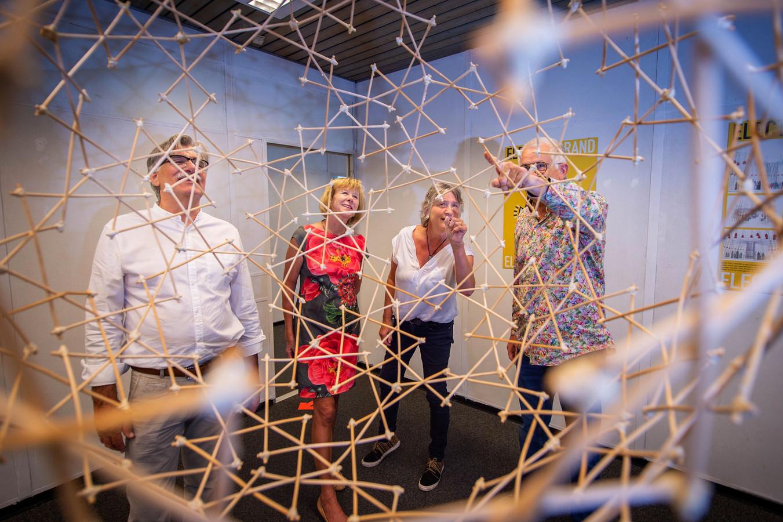 V.l.n.r. Peter van den Heuvel, Wilma Willems (voorzitter Kunstkring Wijchen), Thea van Vliet en Antoon Versteegde. Op de voorgrond een werk van Versteegde.