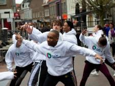 Waterschap dansend door winkelstraten van Harderwijk en Apeldoorn voor aandacht