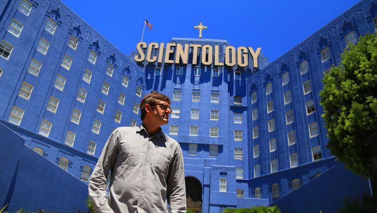 Documentairemaker Louis Theroux voor de Church of Scientology in Los Angeles in zijn nieuwe film My Scientology Movie. Beeld