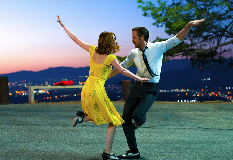 Emma Stone en Ryan Gosling in 'La La Land', en verhaal over dromen in Hollywood-stijl.   Beeld AP