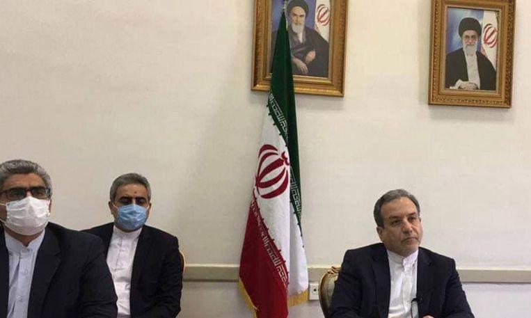 De gedeputeerde minister van Buitenlandse Zaken van Iran Abbas Araghchi (rechts) tijdens een vergadering over de nucleaire deal in Tehran. Beeld EPA
