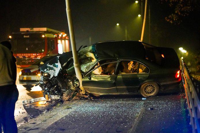 De auto raakte flink beschadigd bij het ongeval op de Heidebrug.