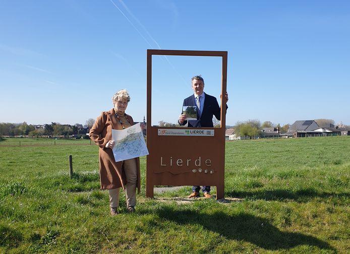 Burgemeester en schepen aan het landschapsvenster in aan het landschapsvenster Sint-Martens-Lierde.