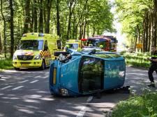 Motor en auto botsen tegen elkaar op de N224: beide bestuurders naar het ziekenhuis en weg is afgesloten