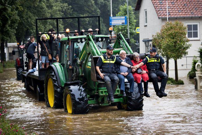 De West-Brabantse vrijwilligers van het Rode Kruis troffen evacuees die behoorlijk angstige gebeurtenissen probeerden te verwerken, zoals dit oudere echtpaar uit Valkenburg aan de Geul dat met een shovel in veiligheid werd gebracht