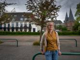Met versterker en meetstok gaat Carin op pad voor stadswandeling in Kampen: 'Ik ga gewoon kijken wat weer kan'