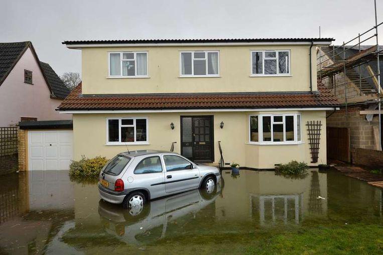 Een woning in Wraysbury, Berkshire.<br /><br />De Engelse overheid waarschuwt voor ernstig overstromingsgevaar in 14 plaatsen langs de de rivier de Theems. Duizenden huishoudens moeten zich daar op voorbereiden. Sinds december zijn al zo'n 8000 woningen getroffen door het hoge water.<br /><br />Ondanks alle maatregelen is vanmiddag het dorp Datchet ook ondergelopen.<br /><br />Na twee maanden van recordneerslag voorspellen meteorologen nog zeker tot en met donderdag iedere dag regen. Vooral de graafschappen Berkshire en Surrey zullen vermoedelijk met wateroverlast te maken krijgen. <br /><br />De Britten worstelen met het natste weer sinds 1766. Het water in de rivier stond in tientallen jaren niet zo hoog en stijgt nog steeds. Beeld afp