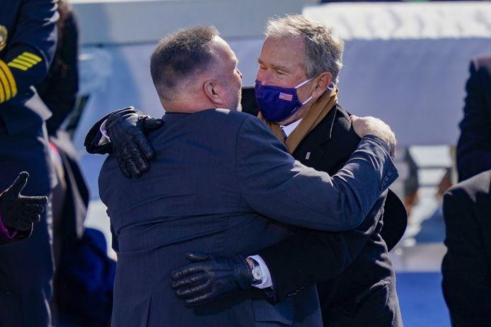 Voormalig president George W. Bush omhelst countryzanger Garth Brooks