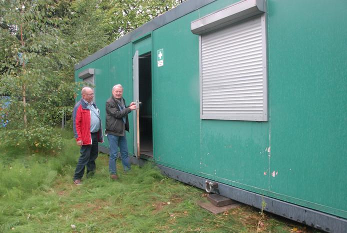 Jan van Beusekom (KBO Noord-Maaspoort) en Theodoor van Leeuwen (stichting CCC) bij de directiekeet.