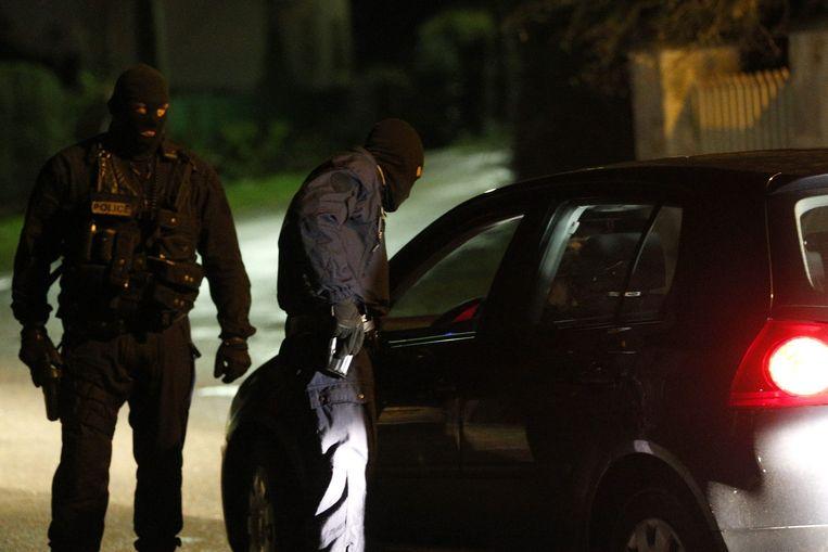 Agenten controleren een auto bij een checkpoint in Longpont. Beeld epa