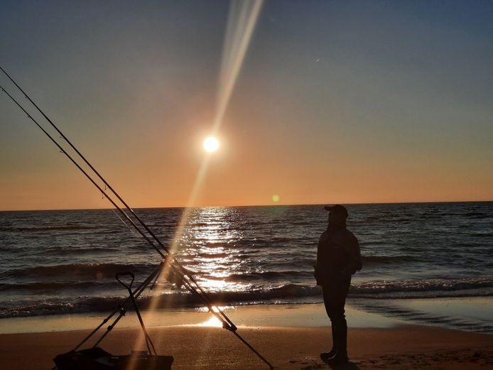 GEVANGEN IN DE ZON Avondvisssen op het strand van Bloemendaal aan Zee. 'Het ultieme vakantiegevoel van mijn man', zegt Marlies van Hal uit Roosendaal. En ze heeft helemaal gelijk.
