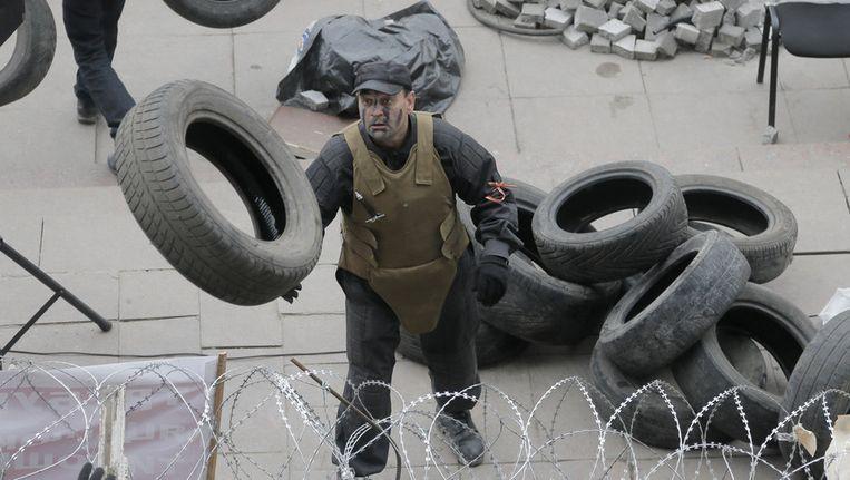 Demonstranten in Donetsk bouwen barricades voor het bezette bestuursgebouw in Donetsk. Beeld AP