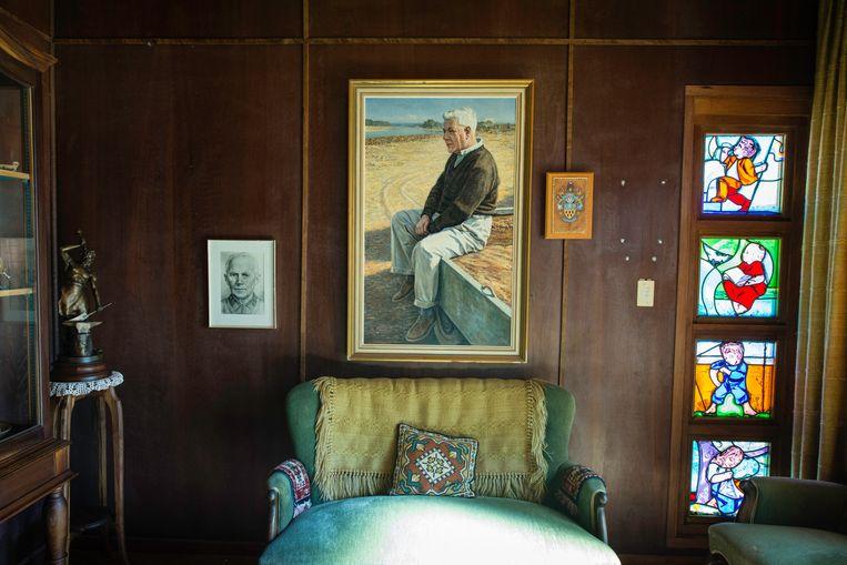 Een schilderij van Hendrik Verwoerd, 'de architect van apartheid', hangt in de voormalige slaapkamer van zijn vrouw Betsie Verwoerd in het Verwoerd Museum.  Beeld Bram Lammers