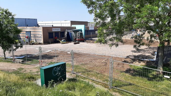 Opknapbeurt wijk-winkelcentrum Tolbergcentrum in Roosendaal begonnen. Voorbereidingen voor de nieuwbouw worden getroffen.