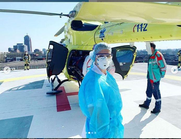 Het personeel van het MST haalt coronapatiënten uit het zuiden van Nederland op met een speciaal ingerichte helikopter.