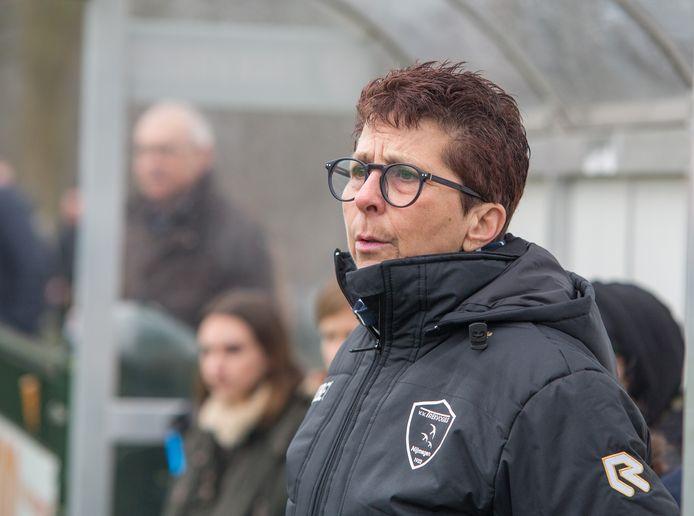 Trainer Ellen van Eldik van de vrouwenploeg van Trekvogels.