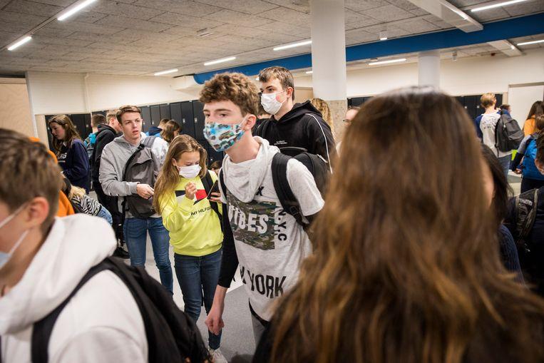 Scholieren met mondkapjes op een school in Oud-Beijerland. Beeld Arie Kievit