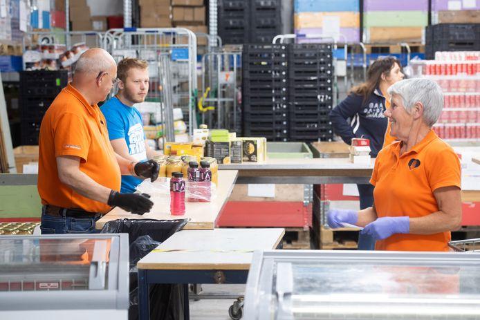 Bredase vrijwilligers, in dit geval aan het werk bij de voedselbank.