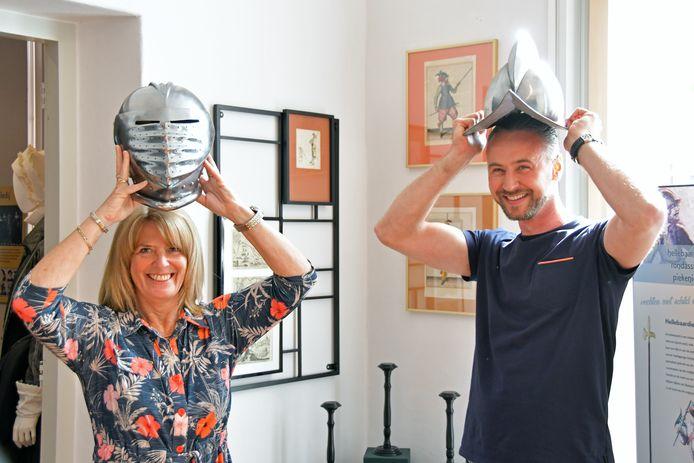 Monique de Vriend en Thomas Hoeberigs met de helmen in Museum het Bolwerk in IJzendijke.