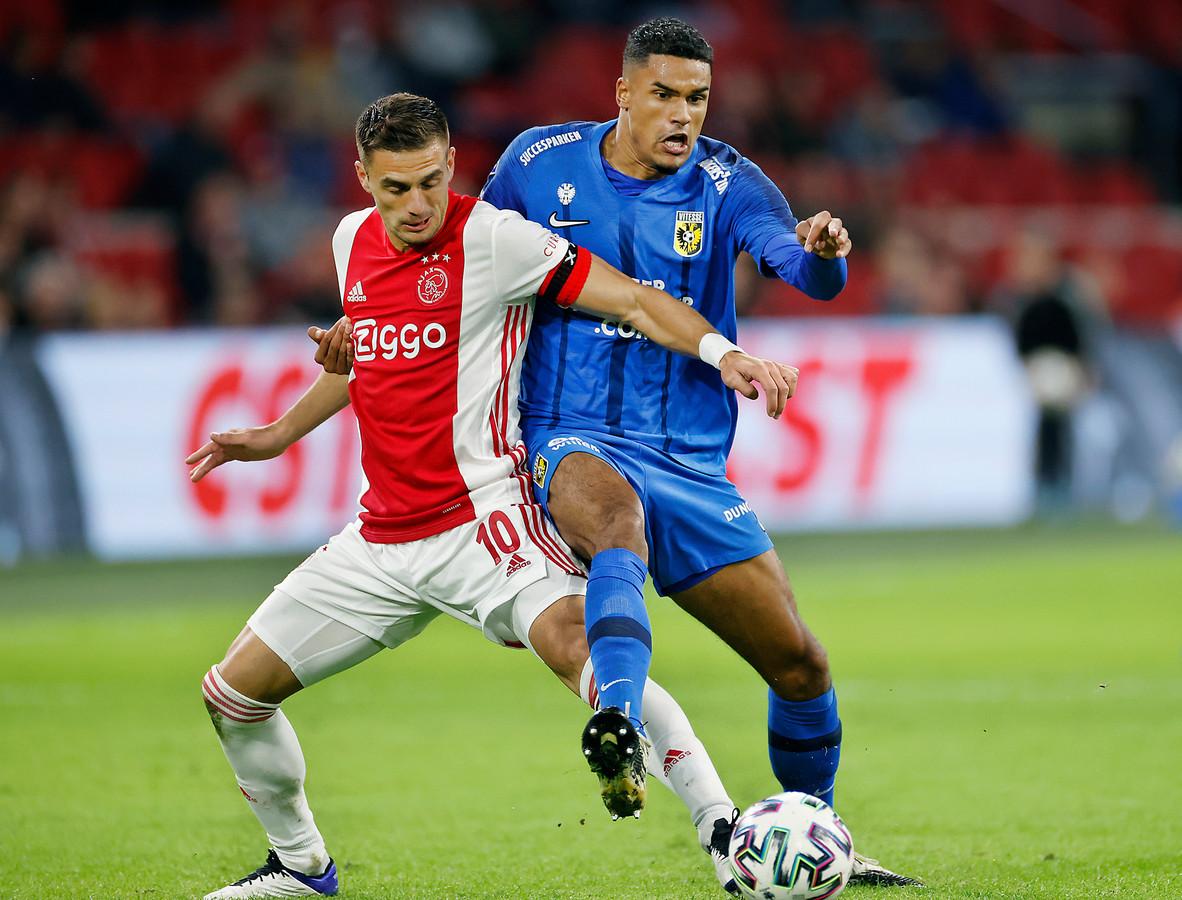 """Vitessenaar Danilho Doekhi in duel met Ajacied Dusan Tadic in de Johan Cruijff ArenA. ,,Wij doen het dit seizoen heel goed tegen de topclubs."""""""