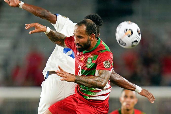 De Surinaamse Ajax-verdediger Sean Klaiber (3) gaat een kopduel aan.