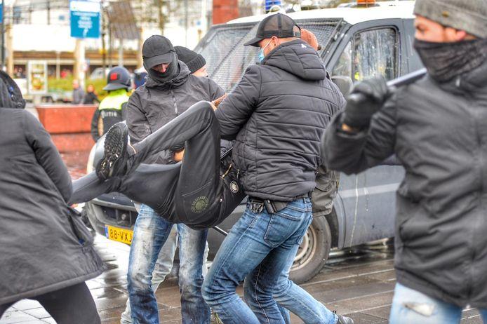 Relschopper wordt hardhandig aangepakt.