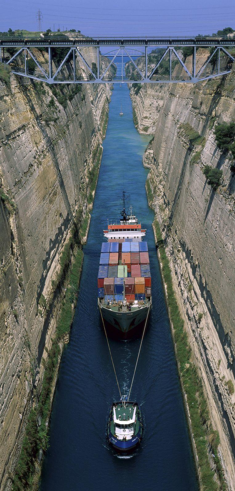 Een containerschip vaart door het Kanaal van Korinthe. Beeld HH