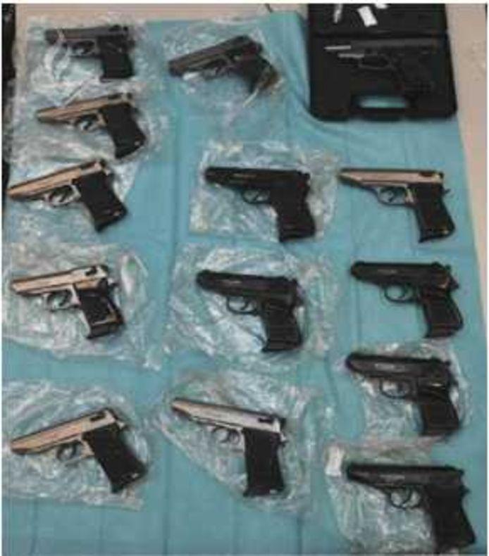 De politie vond tal van vuurwapens tijdens het grootschalige onderzoek naar wapenhandel.