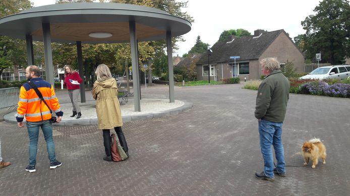 Rinus van Esch (rechts) luistert naar de ceremoniële opening van de kiosk van Haaren door wethouder Anne Cristien Spekle.