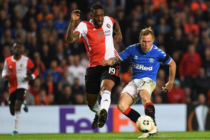 Leroy Fer (m) in actie voor Feyenoord in het Europa League-duel met Rangers (1-0).