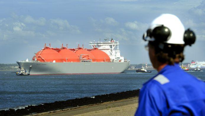 Een LNG-schip Arctic Voyager komt aan in de Rotterdamse haven