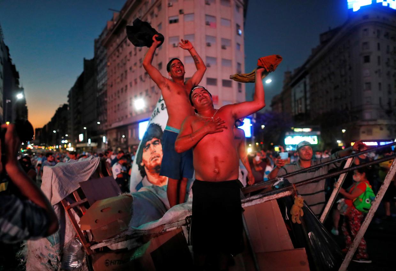 Vuilnismannen sluiten zich aan bij de rouwende menigte bij de Obelisk, in het hart van Buenos Aires.