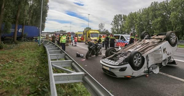 Vrachtwagenchauffeur zwaargewond bij ongeluk op A16.