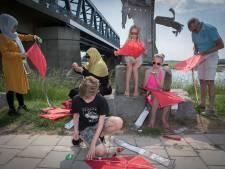 Vliegerprotest langs IJssel tegen dreigende uitzetting Afghanen