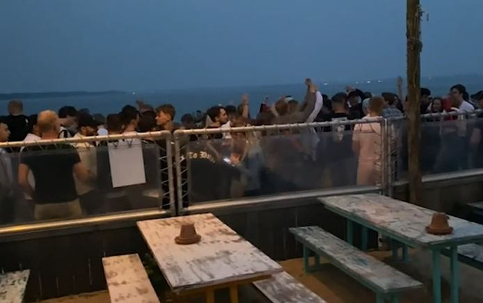 Zo'n 300 jongeren verzamelden zich op het Strandeiland.