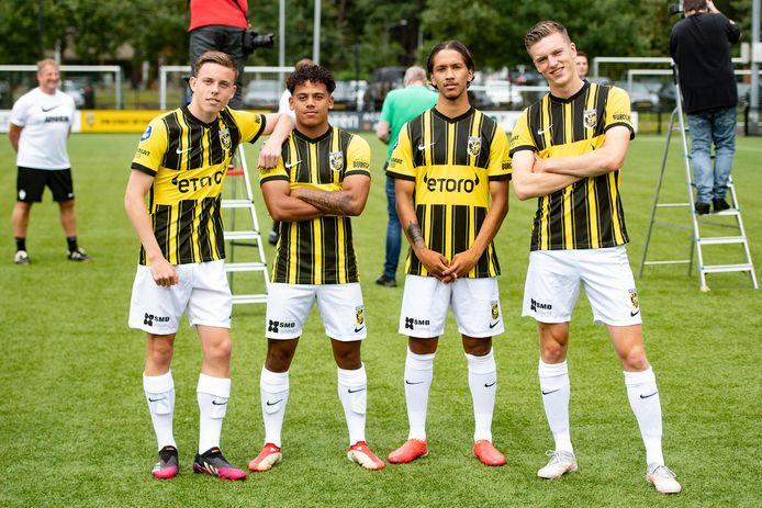 Enrico Hernández behoort tot de talenten van Vitesse, die in de eerste selectie zitten. Hij is verhuurd. Hier poseert de kersverse international met Enzo Cornelisse, Million Manhoef en Daan Huisman.