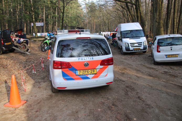 Politie bij het motorcrossterrein.