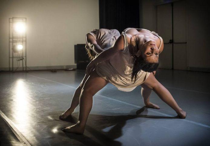 Laura de Vos en Margriet Kim Nguyen dansten 'Rumour and Reflections'.