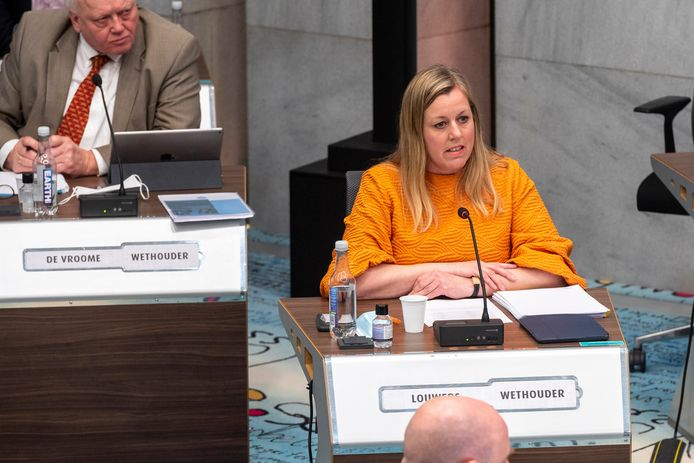 Wethouders Martien Louwers (r) krijgt lof van een meerderheid in de gemeenteraad van Arnhem voor de manier waarop ze slachtoffers van de toeslagenaffaire bij de belastingdienst tracht bij te staan.