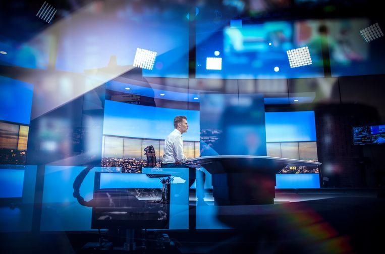 Wim De Vilder in het VRT-journaal. Een sterke openbare omroep is eerder een zegen dan een vloek voor de commerciële nieuwsmedia, weet onderzoeker Jonathan Hendrickx.  Beeld VRT