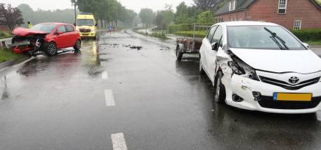 Veel schade na botsing tussen twee auto's in Rijsbergen