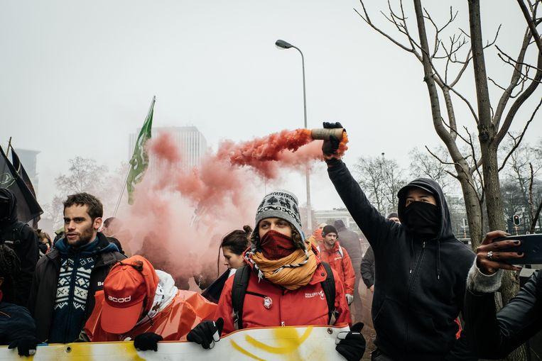 Militanten trekken door Brussel uit protest tegen de pensioenplannen van Michel I. Beeld Wouter Van Vooren