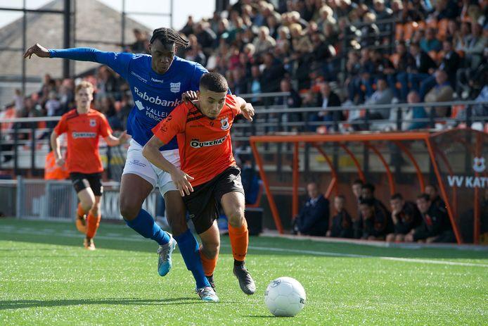 Patrick-Prosper Fini (links) duelleert voor GVVV  met Katwijk-speler Marouane Afaker