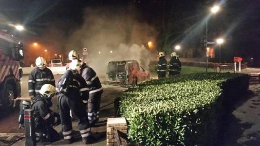 Brandweer bij een bestelbus die in vlammen op ging in Veen.
