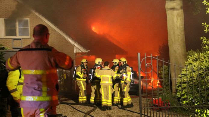 De brand greep snel om zich heen in Hierden.