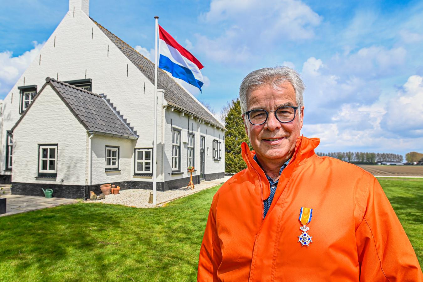 Simon de Feijter heeft dit jaar een lintje gekregen. Hij doet veel voor de Oranjevereniging Dinteloord.