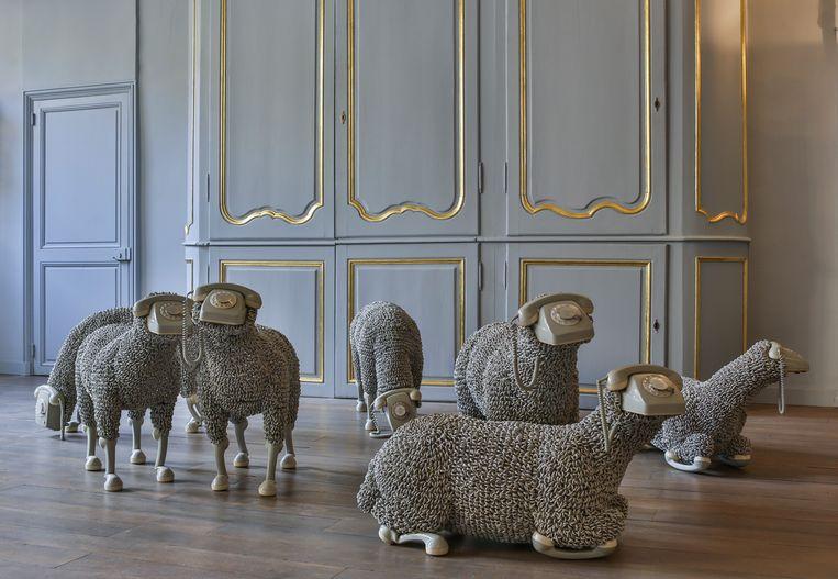 ► De 'telefoonschapen' van Jean-Luc Cornec doen denken aan de electric sheep van sciencefictionauteur Philip K. Dick. Beeld rv Joris Ceuppens