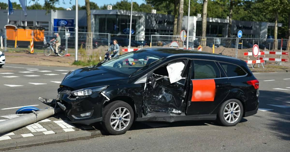 Ravage op Tilburgse kruising door botsing met twee autos, ambulance komt om inzittend kind na te kijken.