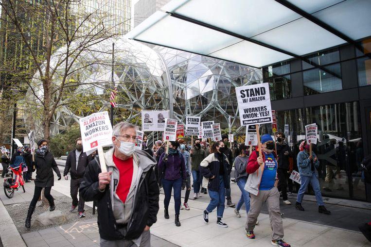 Sympathisanten van  de werknemers van Amazon demonstreren bij het kantoor van de megawebwinkel in Bessemer, in de Amerikaanse staat Alabama.   Beeld AFP